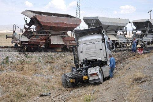 Muş'ta Yük Treni Tır'a Çarptı: 1 Yaralı