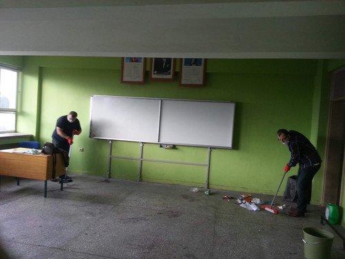 Firma Çalışanları ve Gönüllü Öğretmenler Okul Temizledi