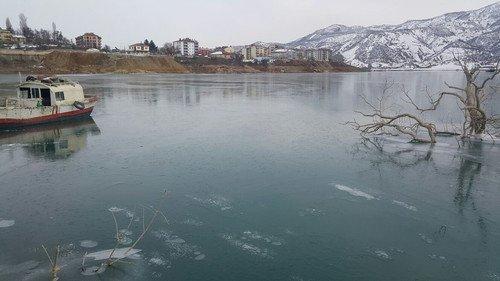 Tunceli'de Uzunçayır Barajı Buz Tuttu