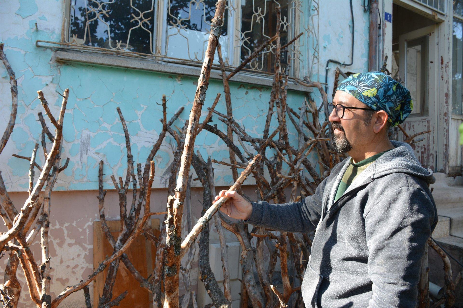 İstanbulda işçiydi, memleketine döndü, şimdi eski ahşaplardan harikalar üretiyor