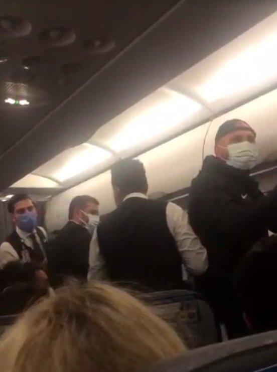 Uçakta futbolcularla yolcular maske yüzünden birbirine girdi