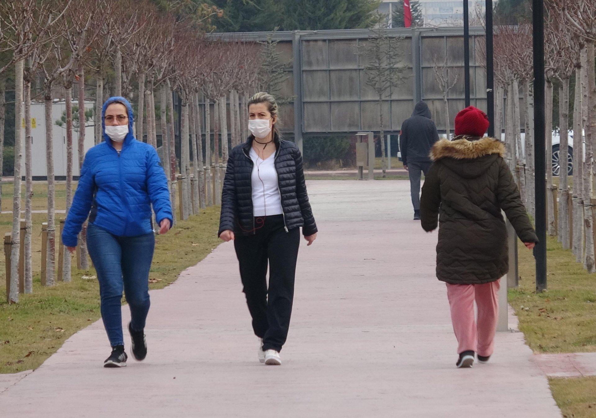 Sokağa çıkma kısıtlaması hiçe sayıldı, Konya'da ve diğer illerde parklar doldu taştı