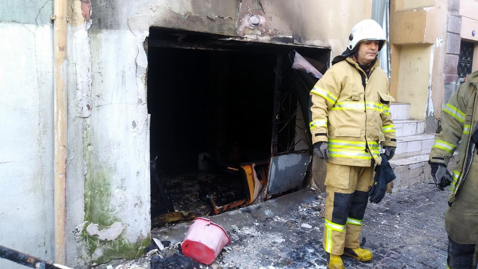 İzmir'de yükselen alevler paniğe neden oldu, alevlerin arasında kalan kişi son anda kurtarıldı